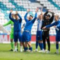 Nach dem Sieg gegen den MSV Duisburg feiert die Mannschaft vor der leeren Nordtribüne